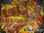 Put the pepper fried meat, pour the prepared sauce, mix well and sauté for 1 min.