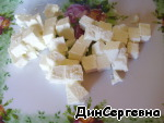 Cheese cut into cubes smaller face of about 1 cm.