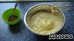 Отдельно взбить сливочное масло и соединить с охлажденной проваренной массой.