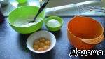Prepare the dough. Proteins separated from the yolks into the pan in which to prepare the dough.