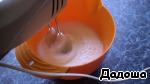 Взбить белки с солью в легкую пену.