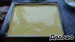 Противень выстелить бумагой для выпечки и вылить тесто.