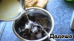 Meanwhile, prepare the ganache. The dishes and rinse with cold water, pour in cream, add butter and bring to boil. Chocolate chop and pour boiling cream. Let stand for 7-10 minutes and stir with a spoon until smooth. Allow to cool to room temperature.