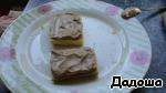На пропитанные нижние части наносим слой крема и накрываем верхней частью. Так формируем все пирожные.