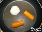 Половинку лука и моркови обжарить на сухой сковороде и добавить в бульон.      Варить около 2 ч. Затем петуха достать, бульон процедить через сито.      Картошку режем соломкой.      Дать закипеть бульону, добавить лавровый лист и картошку.