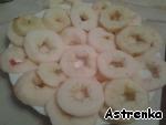 Для начала берем яблочки, моем, очищаем от кожуры, удаляем сердцевину и косточки, режем колечками, толщиной 0,5 см.   Посыпаем их сахаром и оставляем на 20-30 минут (как раз то время, которое мы будем готовить кляр).