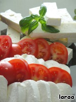 Also prepare the stuffing. To do this, the tomatoes and mozzarella cut into slices. And feta cubes, about 1 cm thickness.