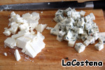 Подготовим начинку: порежем 2 вида сыра.