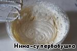 Перемешать все деревянной лопаткой и затем взбить миксером 1-2 минуты, пока тесто не станет однородным и глянцевитым.