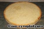 С бисквита срезать верхнюю корочку, уложить бисквит в кольцо от разъемной формы, бока формы выложить полоской пекарской бумаги, смазанной растительным маслом.