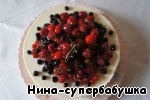 To remove the ring. Dip the berries in warm jelly and spread on the cake in artistic disorder. This should be done very quickly, as the jelly hardens quickly. However, you can decorate the cake differently, the way you want.