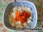 Делаем зажарку. Мелко покрошить лук, обжарить до золотистого цвета. Добавить морковь, тертую на крупной терке. Помидор прямо в сковороду натереть на крупной терке (без кожуры). Добавить в рис.