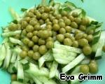 Огурцы нарежем брусочками и добавим горошек.