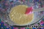 Масло растереть с сахаром и добавить яйцо.