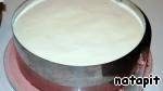 Одеть на торт кольцо. Замочить желатин в холодной воде на 5 мин. Из оставленного крема (150 гр) отложить 2 ст. л. и нагреть, развести в горячем креме отжатый желатин и добавив желатиновую массу к остальному крему, хорошо перемешать.    Вылить крем на верх торта и, наклоняя в стороны, дать ему равномерно растечься на поверхности.