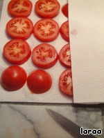 Tomatoes cut into slices and dry with a cloth.
