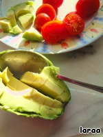 Tomato and avocado slice. To do this, cut the avocado in half , remove the pit and cut into cubes right in the skins and then pull out the flesh with a spoon. So for example, the peel should be used instead of plates for the salad. Drizzle with avocado lim. juice.
