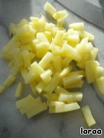 Картофель отварить в кожуре, остудить, очистить и нарезать.