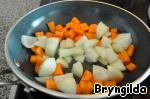 Лук и морковь порезать крупными кубиками и слегка обжарить на сковороде.