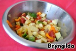 All other vegetables are cut into cubes and mix in a bowl, there also add onions and carrots, season with salt, add spices and stir.