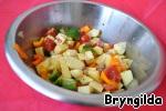 Все остальные овощи тоже порезать кубиками и смешать в миске, туда же добавить лук с морковью, посолить добавить специи и перемешать.