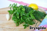 Wash the cilantro and chop. Crush the garlic with lemon to get 1 tsp of zest and squeeze some juice, all add to the vegetables and stir.