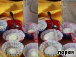Тесто на белках обычно плохо выходит из формы, поэтому для выпечки лучше всего пользоваться бумажными манжетками или силиконовыми формами, смоченными холодной водой. Положить по 1-2 столовых ложки теста, сделать небольшое углубление в центре и положить в него по чайной ложке пудинга, к этому времени он уже немного застыл и хорошо держит форму. Я положила на дно мало теста, поэтому серединка из пудинга после выпечки оказалась на самом дне. Делайте выводы, кладите больше теста на дно. Сверху на пудинг положить еще по ложке теста. У меня получилось 8 кексов разного размера.