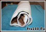 7. While the loaf is in the oven, prepare a towel, sprinkle with cocoa, coating completely towel. Hot roll, turn on the towel, remove the paper and wrap the roll. Allow to cool completely.