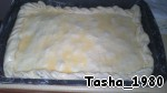 Put the second pastry sheet zasiyaet edges, grease with egg and make a puncture with a fork (so as not swollen).