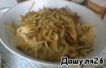 5) Так же, как картофель, порезать корнишоны.