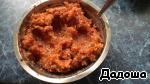 На мясорубке перемолоть необходимое кол-во чеснока и перца в кашицу (лучше поставить самую мелкую сеточку на мясорубку) и добавить в смесь 0,5 ч. л. соли, перемешать.