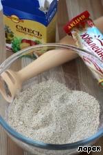 """Для основы чаще всего берут печенье. Я поступила так же, но, чтобы немного уменьшить сладость и калорийность основы, к одной пачке печенья """"Юбилейного"""", смолотого в крошку, добавила 100 гр панировочных сухарей."""