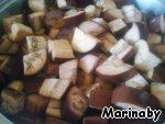 Добавить баклажаны и залить растительным маслом. Нагреть овощи и потушить их, помешивая, 20 минут.