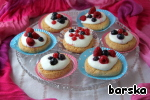 On the cooled cupcakes put the cottage cheese and decorate with berries. It is advisable to put in the fridge for 30-60 min., but you can just enjoy!