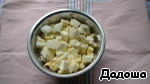 Apples peel and cut into cubes, put in a bowl and drizzle with juice 1/2 part lemon.