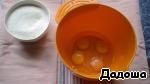 В посуду для теста вбить 3 или 4 яйца, посолить (зависит от размера яиц, у меня были не очень крупные).