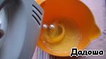 Начинать взбивать яйца и порционно добавлять сахар.