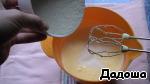 Аналогично сахару, во взбитую смесь порционно вводим стакан сухой манной крупы.