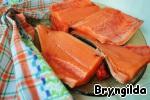 Рыбу почистить, удалить хребет и разрезать на 4 стейка.
