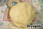 Add salt, sugar, flour and knead the dough in the kneading process to add the oil.