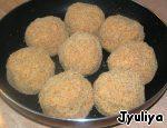 Из фарша сформировать шарики, обвалять их в панировочных сухарях. Уложить в форму, смазанную растительным маслом.