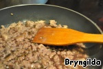 In another pan fry the minced meat, pour the red wine and evaporate a bit, add the sage.