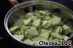 In a deep pan add vegetable oil and then when it warms up a bit, the zucchini. Add in the zucchini and lemon juice. Fry, stirring, 4-5 minutes.