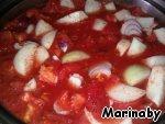 Лук репчатый разрезаем крупно и добавляем к помидорам. Тушим на меленьком огне около часа. Я брала крымский лук - белый салатный лук (4 шт) и один красный для цвета.