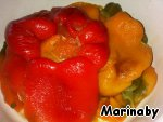 Удаляем кожицу, плодоножки и семечки и тоже добавляем к помидорам.