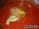 Смешиваем овощное пюре и томатный сок, ставим на маленький огонь, добавляем специи, соль, сахар, уксус и пучки зелени. Варим, не накрывая, около 2 часов.
