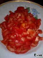 Помидоры нарезать небольшими кусочками. Помидоров было использовано, наполовину меньше, чем показано на фото, т. к. я параллельно готовила другое блюдо, где так же нужен был нарезанный томат.