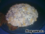 Fry mushrooms until tender. Finely cut boiled chicken breast and eggs. All peremeshaem, add corn, salt and mayonnaise. Place on a platter with large fields.