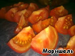 Take tomatoes, cut into slices.