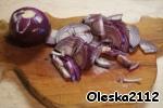 Свинину нарезать тонкими полосочками, посолить, поперчить, сбрызнуть яблочным уксусом и поставить в холодильник на 30 минут мариноваться.      Тем временем режем полукольцами красный лук и слегка обжариваем на сковороде на растительном масле.